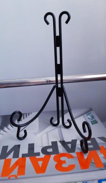 Г. Якутск В связи с отъездом продаю новые: - подставки (металлические и пластиковые) под декоративные тарелки, картины.
