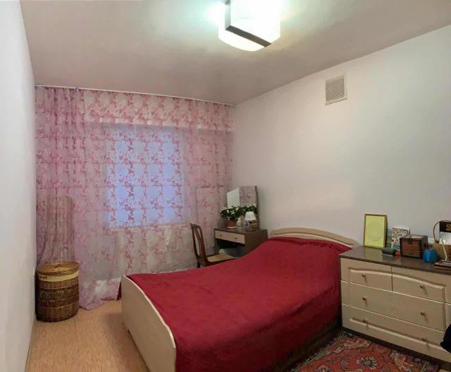 Просторная, светлая, тёплая квартира, переделанная в 2-комнатную: есть большая гостиная и отдельно спальня. Санузел совмещен. Домофон, на площадке только 6 соседей, подъезд отдельный, ходят только соседи по площадке. Квартплата 5-6тр.