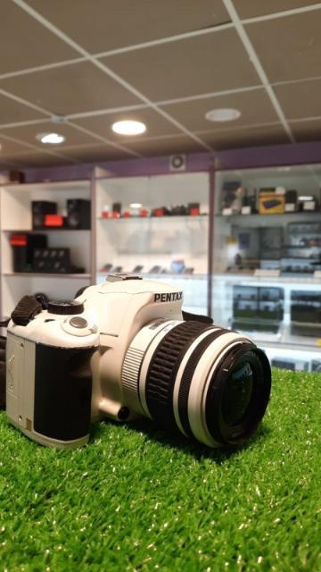 """На пальчиковых батарейках   любительская зеркальная фотокамера байонет Pentax KA/KAF/KAF2 матрица 12.9 МП (APS-C) съемка видео 720p экран 2.7"""" вес без элементов питания и объектива 515 г"""