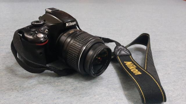 Продам Nikon D5100 оснащена 16,2-МП CMOS-сенсором формата DX, диапазон чувствительности составляет 100-25600 по системе ISO. Среди других особенностей модели: 11-точечный автофокус, HDR-режим, технология Active D-Lighting, возможность высокоскоростной съемки до 4 кадров в секунду, режим Live View. Размер ЖК-дисплея составляет 3 дюйма, разрешение - 921 тыс. точек. Зарядное устройство, коробка в наличии. Торг уместен.