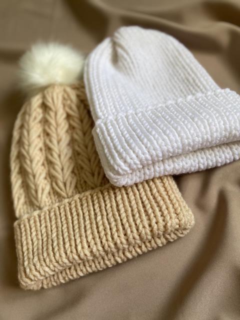 Продаю вязаные шапки на весну ручной работы 🧶 цена 750 рб , самовывоз с центра.