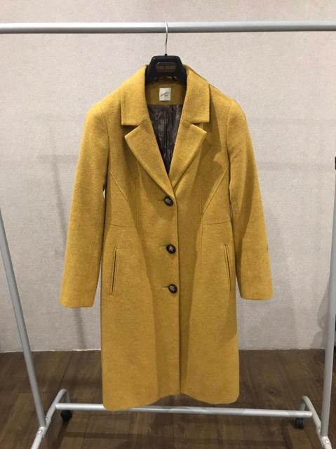 Продаю приталеное пальто горчичного цвета. Сидит по фигуре шикарно.