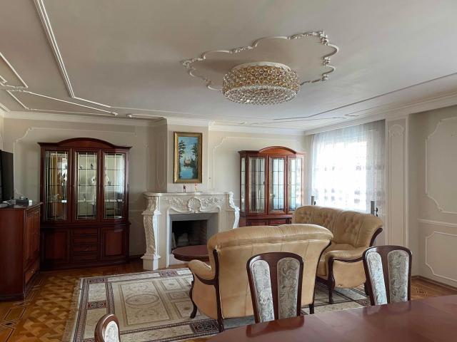 В квартире индивидуальное отопление, документы по перепланировке и камину согласованы. Квартира освобождена, собственник один. Продается с итальянской мебелью