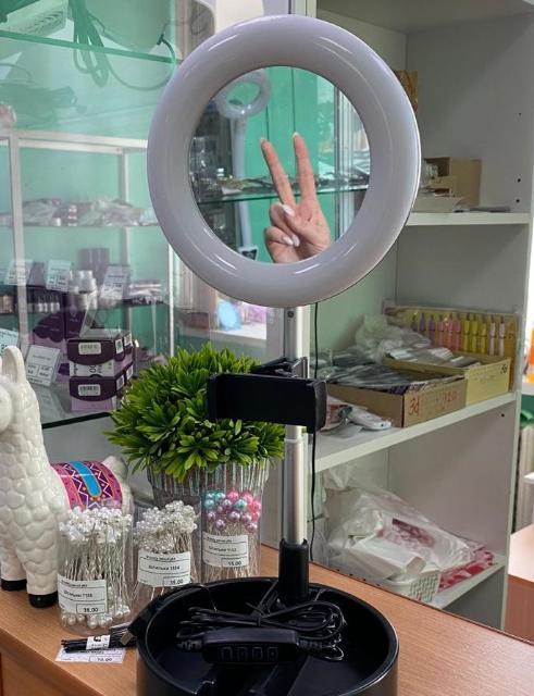 🤩Многофункциональное косметическое Зеркало с кольцевой лампой подсветкой удобно складывается и раскладывается. 🔹Лампа имеет регулировку яркости и температуры света, крепление для смартфона, питается от USB  💰ОПТ ✅Цена от 3шт Ссылка на инстаграм👇🏼 https://www.instagram.com/candy_sweet.ykt/ 🌸По самым Вкусным Ценам😋 🌸Адрес Дом Торговли, 4 этаж,1 зал, 6 павильон🛍 🌸Доставка от 1500₽ бесплатно🚗