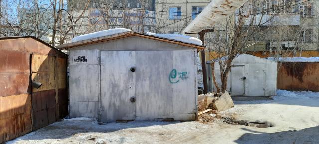 Продаю металлический теплый гараж в районе ТЦ Апельсина. Легко входит микроавтобус. Тепло в гараже идет через теплые полы. За зимний период за электроэнергию в среднем выходит 10-12 тыч. рублей. Земля в аренде. Есть небольшой торг.