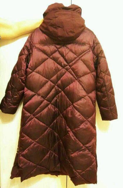Куртка длинная из водонепроницаемого материала.Ткань  разная матоваяи переливающаяся,по бокам молния,модная стяжка.Связь строго по ватсап.
