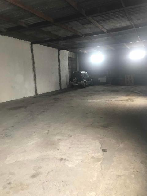 Сдаю помещение под склад 180 кВ на охраняемой территории, есть видеонаблюдение, 40 метров от дороги , удобное место расположение , цена договорная , район Белое Озёра