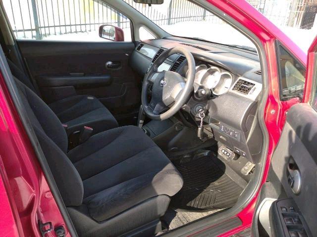 Nissan Tiida 2010 г. ПТС оригинал полная пошлина, 3 хозяина, в РФ с 2012г,. Машина отличная, комфортная и наверное самая просторная и вместительная в своём классе, салон чёрный, задний ряд складывается, регулируется вперед- назад, в машине не курили, климат контроль (печь, кондиционер) два подлокотника, штатная магнитола, ветровики, зеркал, запуск и доступ бесключевой, все стёкла оригинальные, тонировка по ГОСТУ, жидкости и все расходники меняли вовремя, жизненные коцки по кузову, авто приподнят +2 см, Сигнализация с автозапуском, красивое литье R15 на жирной зимней резине, Двигатель как часики, масло не ест, расход небольшой, около 6-8 л/100 км. ОБМЕН НЕ ПРЕДЛАГАТЬ ! Торг у капота