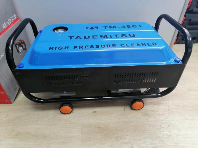 Мойка высокого давления Tademitsu TM-380. Мощность 1.6кВт. Очень надежная и проста в эксплуатации, водопровод не нужен, воду забирает сама. Оснащена обычным электродвигателем, который повсеместно используется на промышленном оборудовании и служит десятками лет. В блок с коленчатым валом и поршневой группой заливается моторное масло (примерно 1л.). Что на много увеличивает мото ресурс, в отличии от других моек, которые смазываются водой.  В комплекте: Мойка Шланг10м Пистолет длинный, кроткий Модель ТМ 380 Номинальное напряжение 220V-50Hz Максимальный номинальный расход 9,8 - 22L/min Максимальное давление 8MPa Рабочее давление 1-6 MPa Оборот 2800r/min После заливания масла Обязательно поменяйте крышка на ту, которая идёт в комплекте Вес 16кг
