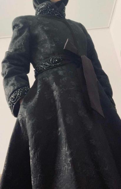 Ткань дорогой жаккард с узорами, и ручной вышивкой. комплект Пояс из атласа с вышивкой, так же обычный пояс, воротник рукава украшены вышивкой из бисера. Приобретала в магазине Снежное за 30.000₽. Состояние нового, в подарок фирменный чехол для пальто.