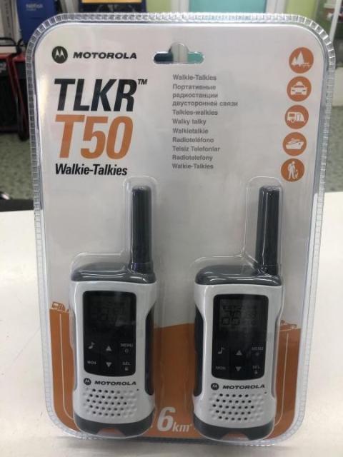 """Рация MOTOROLA TLKR T50 в комплекте 2 шт, сетевой адаптер, 2 клипсы, 8 каналов, дальность 6 км, работа от аккумулятора 16 ч, 38 кодов CTCSS и 83 кода DCS, функция голосовой активации VOX, встроенная функция """"Монитор помещения"""" (или """"радио няня"""") , ЖК дисплей с подсветкой, автоматический шумоподавитель, авто выключение, блокировка клавиатуры."""