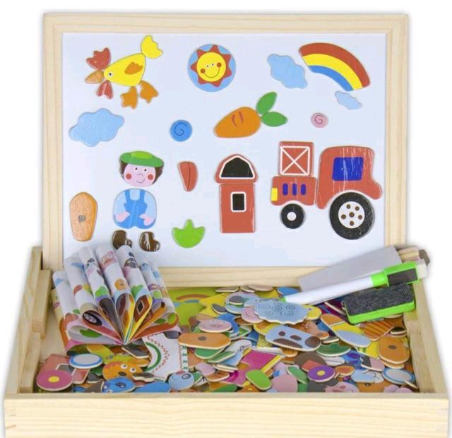 С ним не соскучишься, потому что здесь можно и играть, и рисовать просто нет предела для творчества. Рисуйте картинки маркером или грифелем и дополняйте картину фигурками магнитами. А можно и наоборот. Главное, дайте волю фантазии малыша и обязательно обсудите картинку. Пусть ребёнок научится рассказывать и повторять за вами новые слова. В него входят магниты из которых можно собрать всё что угодно, удобный деревянный поднос подставка для двусторонней (маркерной и грифельной) доски, маркер для белой доски и мелки для грифельной стороны и даже губка, которая сотрёт лишнее.