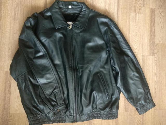 Куртка кожаная, как новая, без потёртостей, с небольшим подкладом на молнии, можно отстегнуть.