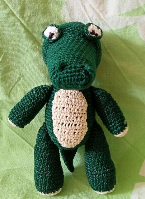 Игрушка ручной работы Крокодил.  Скромный подарок и детям,  и взрослым.  Связан по собственной схеме в единственном экземпляре.  Высота 15 см.  Оплата наличными.  Ватсапп,  смс