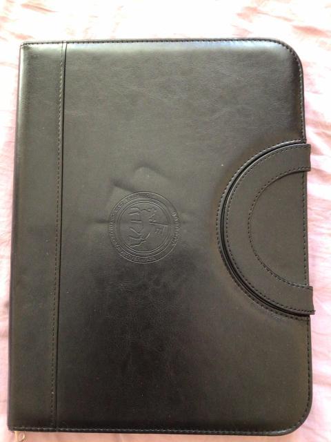 Продаю сумку папку Чёрного цвета  Новый. В хорошем состоянии С кармашками, визитницей, с калькулятором и бумагой А4 Ручки на магните