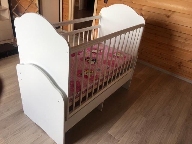 Продаётся детская кровать с маятником 2 в 1, верхняя часть снимается. Внизу 2 выдвижных ящика, с матрасом и бортиками.
