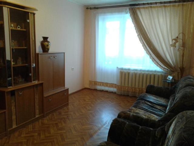"""Продается очень теплая, светлая 3-х комнатная квартира (улица Чернышевского 12/1) для большой, дружной семьи. Дом КПД 1975 года постройки (район 26 школы). При приобретении через Сбербанк скидка - 0,3%, через ВТБ - 0,15%. Площадь квартиры 62 м2 + балкон (обшит, застеклен).  Квартира находится на 3 этаже, т.н. """"золотая середина"""". Установлены 2 кондиционера, в зале и спальне. Вариант """"заезжай и живи"""", в подарок остается бытовая техника, частично мебель.  Развитая инфраструктура, хорошая транспортная развязка, во дворе находится детские сады («Туллукчаан», «Якутяночка» и т.д.). В шаговой доступности находится 26 школа. Продуктовые магазины, спортивные, развлекательные, образовательные и культурные организации находятся в шаговой доступности!  Квартира без долгов и обременения, документы к продаже готовы. Звоните, покажем в удобное для Вас время."""