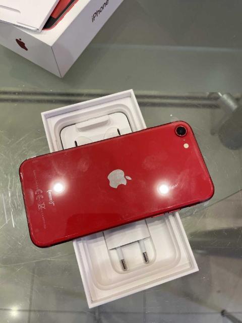 Apple iPhone SE 2020 на 64 ГБ в красном цвете. Телефон в шикарном для этой модели состоянии. Покупался в магазине М.Видео на гарантии. Все детали родные и оригинальные, никогда не был в ремонте, никогда не контактировал с водой. Touch ID работает. iCloud чистый. Заряд держит отлично. Комплект: родная коробка, телефон, зарядное и кабель, наушники, бумажки. Рассмотрю варианты обмена на айфон с вашей доплатой. Возможна доставка.