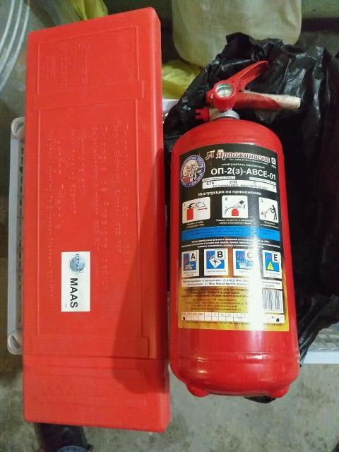 Продам огнетушитель металлический 650 руб.и знак аварийной остановки большой, хорошо заметный 350  руб.все новое