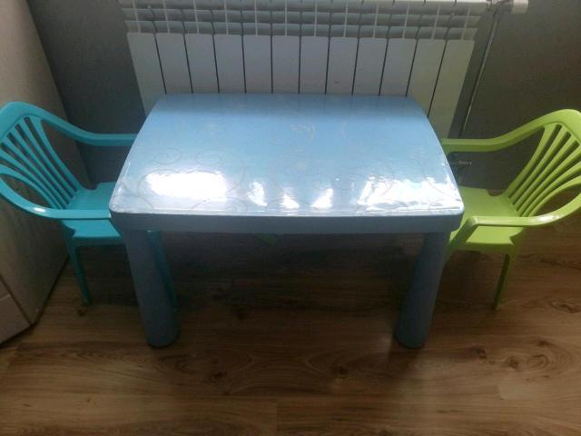 Продаю стол икеа и два обычных стульчика