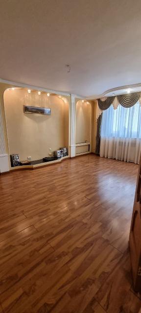 В связи с отъездом продаётся 3х комнатная квартира в монолитно-каркасном доме (101,5 кв.м + балкон 14,7 кв.м.) с дизайнерским ремонтом, 2 санузла, распашонка, зал - 25,5 кв.м, кухня - 14,7 кв.м, 2 спальни, гардеробная - 4,4 кв.м. Отдельно имеется кладовая на этаже. В доме и во дворе видеонаблюдение. Ухоженный двор, современная детская площадка.