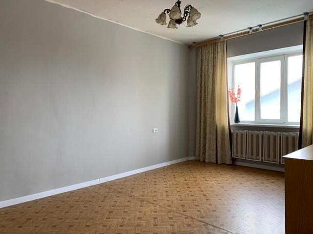 """Эксклюзивное предложение от ЦН """"Наследие"""" специально для Вас! Выставлена на продажу 3-х комнатная квартира по улице Хабарова 19/3. (идеальное расположение, дом на 1 линии, квартира-распашонка). При приобретении через Сбербанк СКИДКА - 0,3%, через ВТБ - 0,15%. Площадь квартиры 77,8 м2 + двойной просторный балкон.  Дом 112 серии (год постройки 1994-й). Квартира находится на 6/9 этаже, чистый и просторный подъезд. Постоянные, интеллигентные соседи. Управляющая компания """"ЖКХ Губинский"""".  В прошлом году в квартире был выполнен косметический ремонт, ровные стены и полы, идеально под покраску и ламинат. Санузел совмещенный, на полу керамогранит. Отдельная душевая кабина и ванна.  Местоположение дома позволяет владельцам пользоваться богатой инфраструктурой. Школы (№21, 7), детские сады (""""Золотая рыбка"""", """"Мир детства"""", """"Сказка""""), продуктовые магазины (""""Токко""""), аптеки, спортивные (фитнес-зал на 203 мкрн), развлекательные, образовательные и культурные организации находятся в шаговой доступности! Во дворе большая детская площадка и парковка.  Обременения Сбербанк 300 тыс. руб. Документы готовы к продаже. Причина продажи в связи с переездом в другой город. Уютная и светлая квартира ждет новых владельцев. Пишите, звоните по указанному номеру и получите бесплатную методическую информацию по поиску квартиры."""