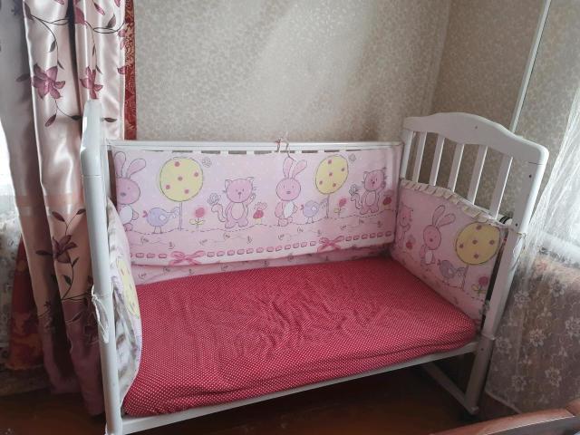 Продам детскую кровать белого цвета,в хорошем состоянии. Все целое, все комплектующие на месте. Высота регулируется. Продаётся с матрасом, состояние матраса отличное имеет твёрдую и мягкую стороны с бамбуковым наматрасником, в подарок бортики.