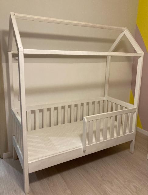 Продаю б/у кровать домик с матрасом 160*90. Кровать из массива. Самовывоз