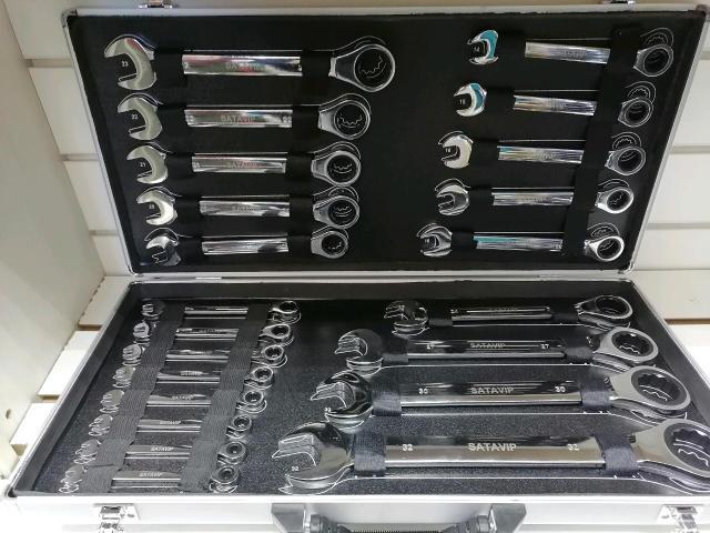 Новый. Хром ванадий. Качественный инструмент. Комбинированный набор трещеточных ключей. В металическом кейсе. Отличный подарок для любимого мужчины.