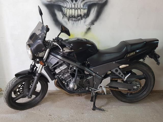 Продам мотоцикл Honda CB-1 TypeII (CB400Fm). Мотоцикл куплен с аукциона Японии в 2012 году с пробегом 8522 км и оценкой 4. Являюсь единственным владельцем. Отъездил на нём один сезон, потом просто стоял в гараже, ну несколько раз в год выезжал что бы проветрить =) Сей час пробег 12551 км.Цена сформирована с учётом того, что на сегодняшний день такой мотоцикл в таком состоянии привезти с аукциона Японии в Якутск будет стоить именно столько. А тут ещё и доставку ждать не надо и плюшки дополнительные (сигналка, дуги, ветровик, запасные звёзды, цепь и передние колодки). Двигатель карбюраторный, никаких проблем с электроникой, так как её нет =) В общем простой и надёжный аппарат.