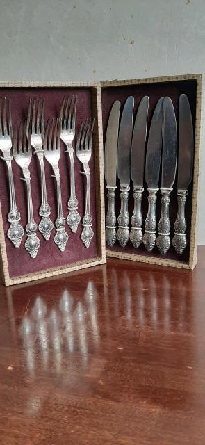 Продаю набор столовых приборов. Материал вилок нейзильбер, ножей - нержавеющая сталь.