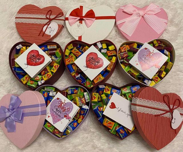 Коробки в виде сердца,все на фото пока в наличии, в коробке 100 жвачек (5 вкусов).Цена указана за 1 коробку со жвачками.Открытку можно вложить на выбор из наличия.Доставка по центру 150 р.,не по центру 200 р.Пишите,звоните🔥