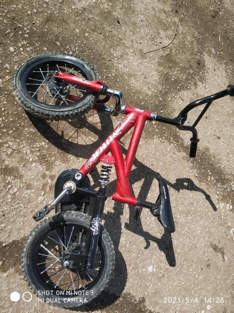 Велосипед детский на 3-5г. Два амортизатора едет мягко.Одну покрышка устарело