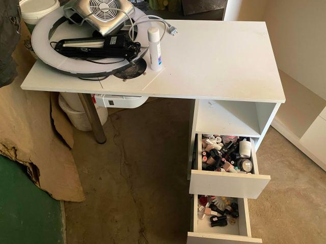 Стол маникюрный б/у в хорошем состоянии с встроенным пылесосом