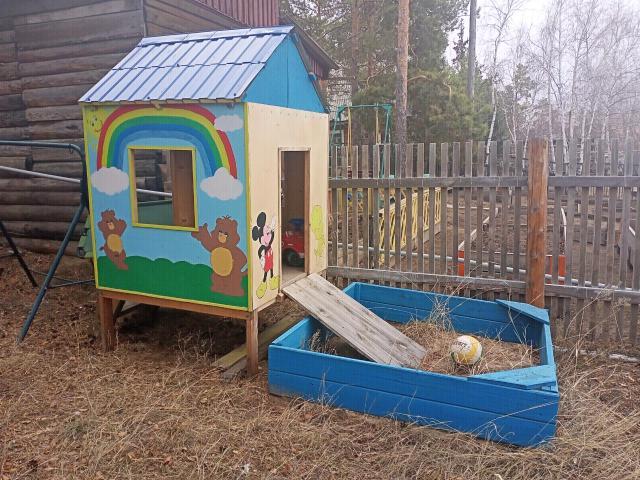Новый домик с песочницей с рисунками покрашен, на дачу для детей.размеры домик ширина всех сторон 1м23см. Песочница 1м50см на 1м 56см.