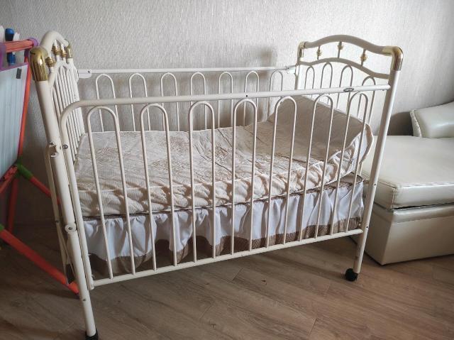 Кровать растёт вместе с ребёнком. Можно опустить ниже/выше, раскладывается, возможна доставка. В подарок бортик и матрас. В комплекте есть подвесная люлька - крепится за бортики кроватки.