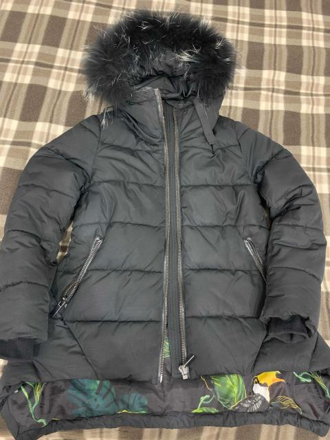 Тёплая куртка на 146 рост, холлофайбер, очень тёплая, съемная натуральная опушка, утягивается на талии.