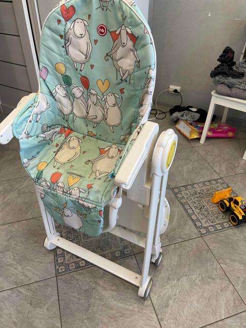 Happy Baby William:  3 регулируемых положения спинки, включая горизонтальное 5 уровней высоты Съемный чехол для сиденья Съемная столешница Регулируемая спинка сиденья: 3 позиции (до 170 градусов) Регулируемая подножка Регулируемое по высоте сиденье Сетка для игрушек Пластиковые колеса с тормозами Нагрузка до 15 кг