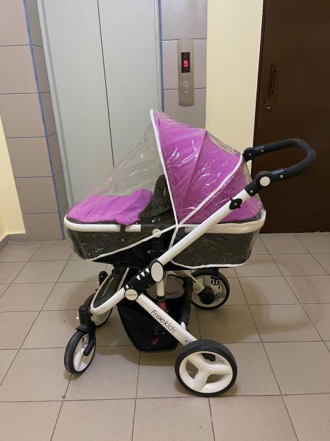 Многофункциональная коляска-трансформер для комфортных прогулок. Самая лёгкая на рынке, вес всего 10 кг! Коляска предназначена для детей от 0 месяцев до примерно 3-х лет. Режим люльки используется от 0 месяцев до того момента, как ребенок не начнет самостоятельно сидеть (примерно 6-7 месяцев). Никаких дополнительных заменяемых блоков - легкая трансформация из люльки (лёжа) в прогулку (сидя) и наоборот. Люлька и прогулочный блок расположены высоко от дороги, что способствует зрительному контакту с малышом. Регулируемая по высоте ручка, позволяет человеку любого роста сделать себе комфортным перемещение коляски. Солнцезащитный козырек спрячет малыша от солнца, обеспечит комфортный отдых. Продуманная конструкция обеспечивает легкое складывание и трансформацию коляски. В сложенном виде коляска легко помещается в любой багажник.