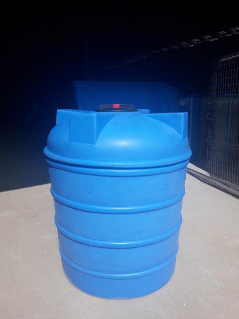 Бесшовная пластиковая емкость для питьевой воды. а фото цилиндр 1400л. Высота 140см. Ширина 115см. Местное производство,гарантия,сертификат.