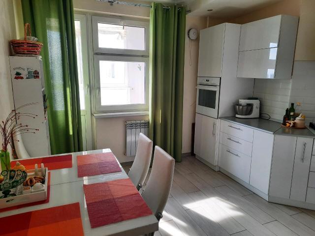 Продаю светлую, просторную, уютную 3 комн.кв.  Площадь кв. 80, 2 кв.м. + балкон 7, 9 кв.м Квартира находится 5/7 этаже. В доме имеется видеонаблюдение, консьерж. Тихие, спокойные соседи. Окна выходят в 2 стороны. Выполнен качественный, современный ремонт. Имеется 2 спальни, уютная кухня, гостиная и большая просторная ванная комната. 2 санузла.  Развитая инфраструктура: на 1 этаже детский сад, школа в 3-х минутах, магазины, парикмахерские... Продажа от собственника. Без долгов и обременений.