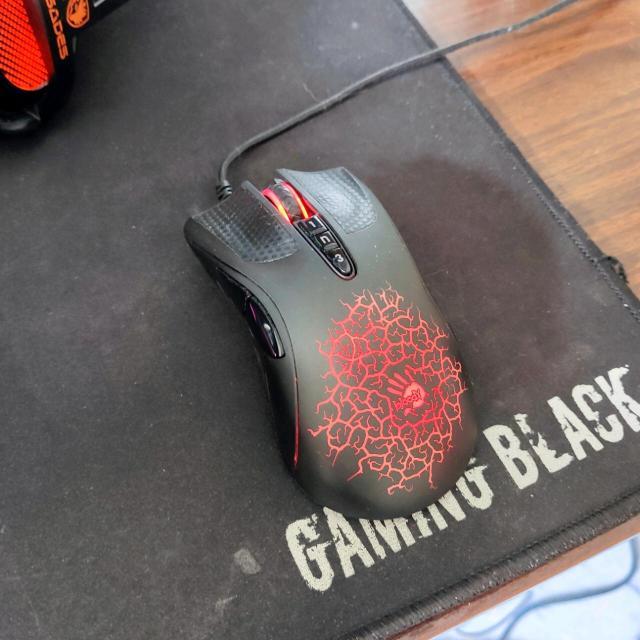 Продаю мышь Bloody a9 в практически идеальном состоянии Все кнопки работают, сенсор не срывает Кого заинтересовал - пишите, звоните)