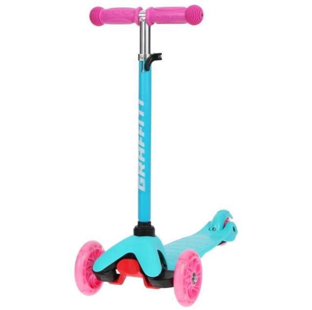 🔸Детский самокат GRAFFITI Brisk подходит для детей, которые только учатся кататься. Два передних колеса широко расставлены, что обеспечивает устойчивость транспорта и безопасность движения. Также благодаря этому ребёнку будет легче держать равновесие.   🔹Самокат имеет тормоз в виде крыла над задним колесом. Для остановки нужно плавно нажать на него. Малышу не придётся шоркать подошвой по асфальту, и обувь останется невредимой.   🔻Высота руля регулируется. Ручка легко складывается и отсоединяется от основания. Самокат занимает мало места в разобранном виде.   ▪️В вечернее время кататься ещё интереснее: на колёсах есть подсветка, которая создаёт красивый эффект при движении.