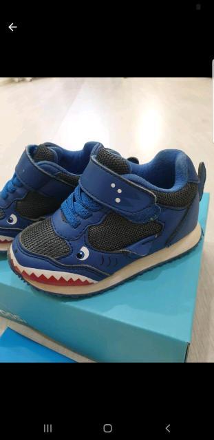 Классные очень качественные кроссовки-акулы для крутого парня 😎носились очень мало ,состояние тапок-идеал😍👍удобнейшая посадка на ножке любого объема за счет липучки и резиночек вместо шнуровки. Очень лёгкие 👍👍размер 22. Покупали в бубль гуме в три раза дороже🤗