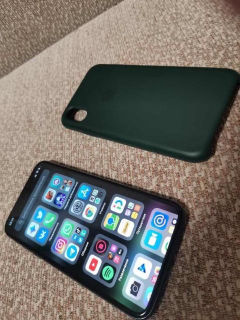 Продам iPhone X 256 гб. В хорошем состояний трещин и тд нет  Face ID работает Коробка зарядник и чехол есть АКБ 100% Продаю в связи с покупкой нового телефона Обмен не предлагать