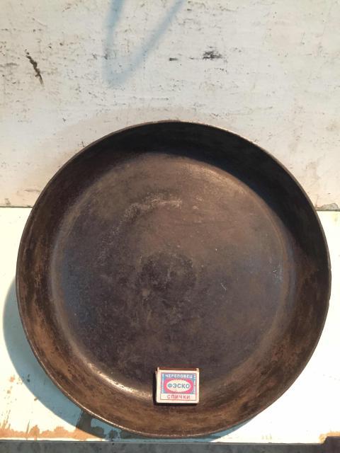 Большая чугуновая сковорода , диаметр 37 см , глубина 5 см