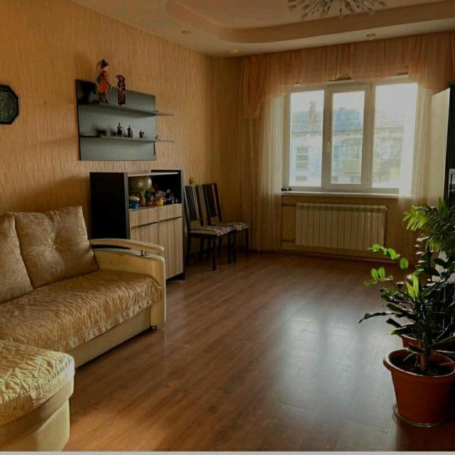 Продается 3-комнатная двухуровневая квартира по ул. Пояркова, два балкона, этаж 5 и 6 из 6, два санузла, автономное отопление, кондиционер, соседи постоянные, всего 2 подъезда. Без обременений и долгов