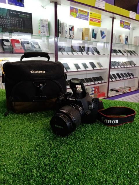"тип камеры: зеркальная размер матрицы: 18.7 МП, 22.3 х 14.9 мм чувствительность: 100 - 3200 ISO, Auto ISO байонет: Canon EF/EF-S съемка видео: 1920x1080 до 60 к/с экран: 3"" карты памяти: SDHC, SD, SDXC интерфейсы: видео, USB, аудио, HDMI, разъем для пульта ДУ размер: 130x100x78 мм"