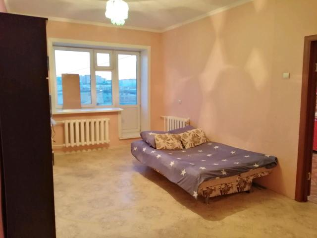Сдаётся квартира с хорошим ремонтом, со всеми удобствами, парам и командировочным, есть все для проживания, стиральная машинка, холодильник, плитка, духовка, микроволновка, фен, утюг, высокоскоростной интернет, Wi-Fi, телевизор - IP-TV. Двуспальная кровать, мебель, посуда, гладильная доска, сушилка. Очень чисто и уютно. Есть балкон, находится в районе глазной больницы. Возможен трансфер. Всегда чистое, свежее, застеленное постельное белье, полотенца, посуда.