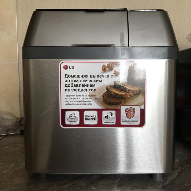 Хлебопечь с функцией автоматического добавления ингредиентов, таких как орехи, семечки, изюм и другие.  Программы: 54 – «Русский повар», основной, специальный, французский, быстрый, тесто, кекс, джем, йогурт, масло.  Буханка: 500, 700, 1000 г.  Комплектация: Хлебопечь, съемная форма для выпечки, лопатка для замеса теста, контейнер с крышкой для ферментации йогурта, маслянная крышка, мерный стаканчик (230 мл), 2-х сторонняя мерная ложка  Новая хлебопечь (2014 г., Южная Корея). Ни разу не использовалась. Отсутствует оригинальная коробка. Разумный торг